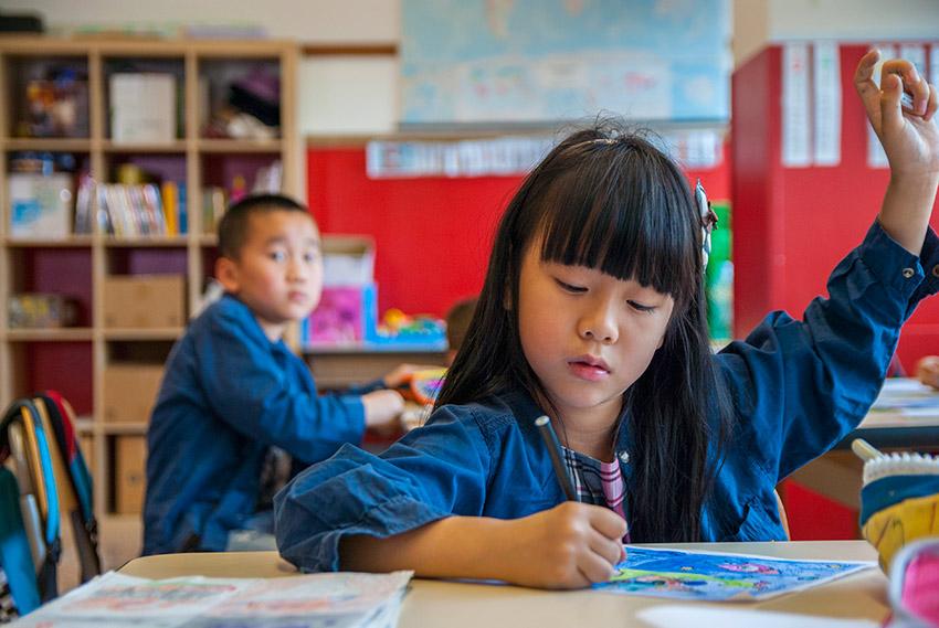 Una bambina della primaria in classe