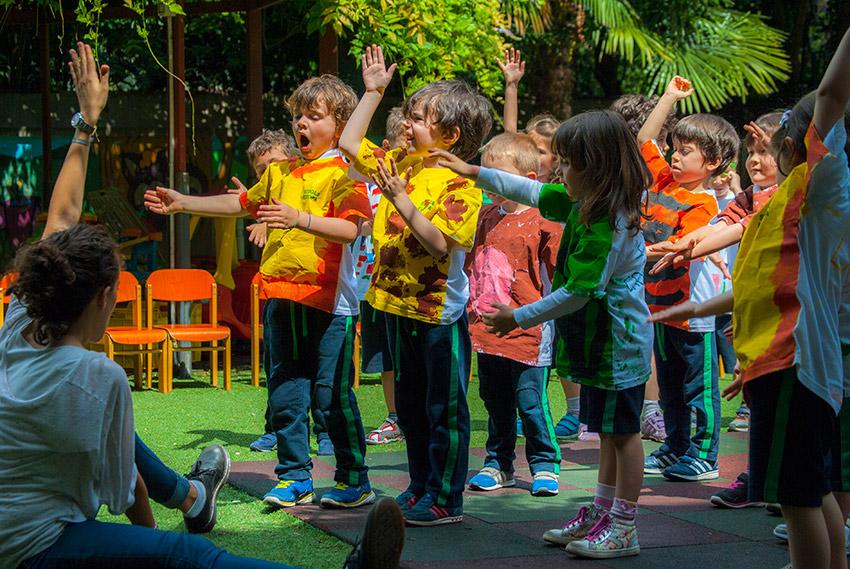 Il movimento per imparare a crescere e rapportarsi con gli altri attraverso l'utilizzo di svariati strumenti