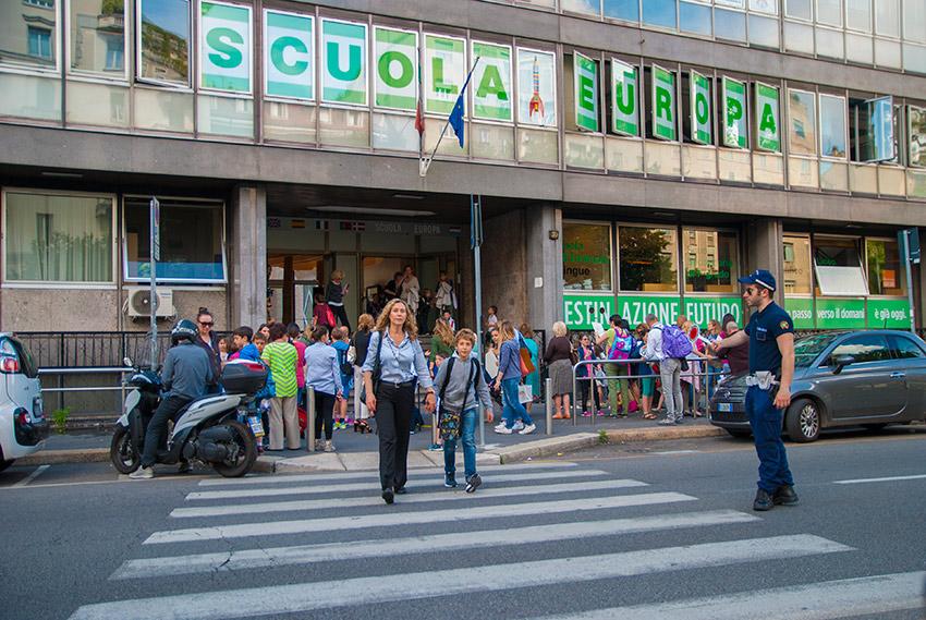 FIne della giornata - genitori aspettano fuori scuola in Viale Maijno, Milano