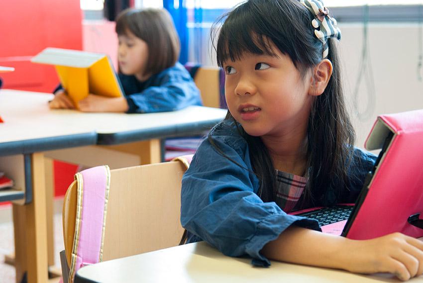 Una bambina durante una lezione su Tablet in Primaria