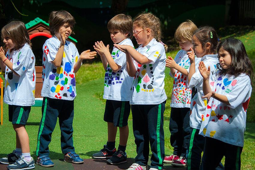 Bambini della Scuola dell'Infanzia in giardino