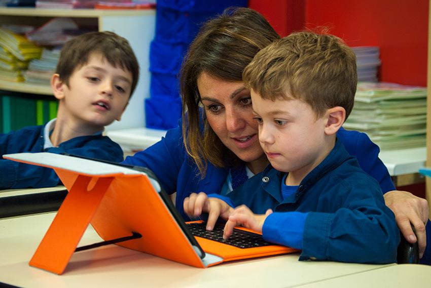 Lezioni con tablet per i bambini della scuola primaria